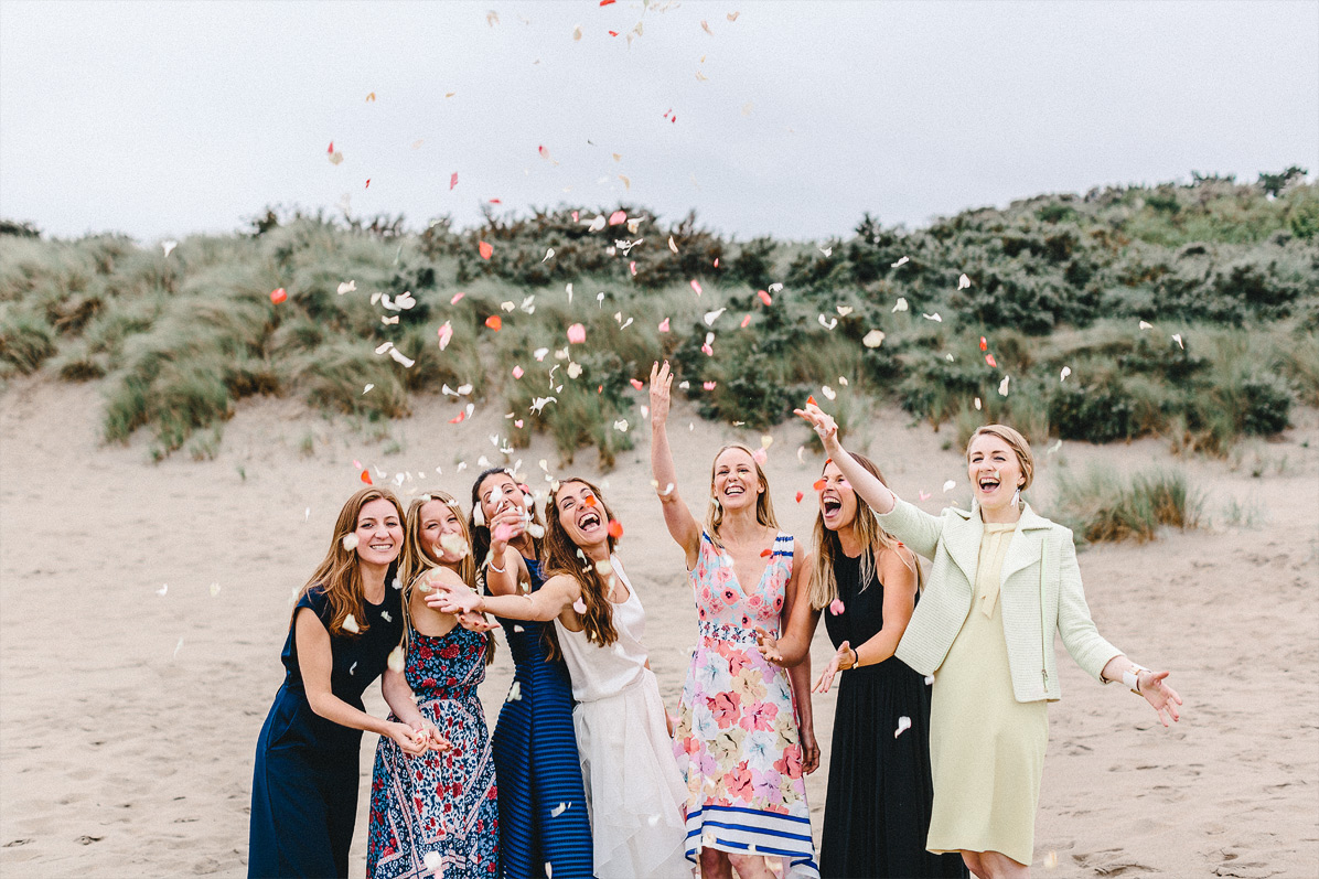 Brautjungfern bei einer Strandhochzeit