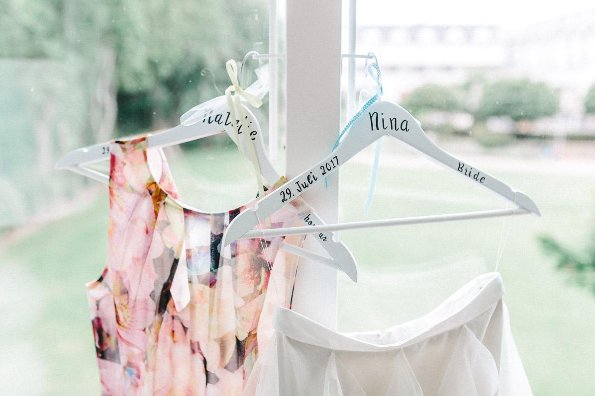 Individuelle Kleiderbüggel für Braut und Trauzeugin