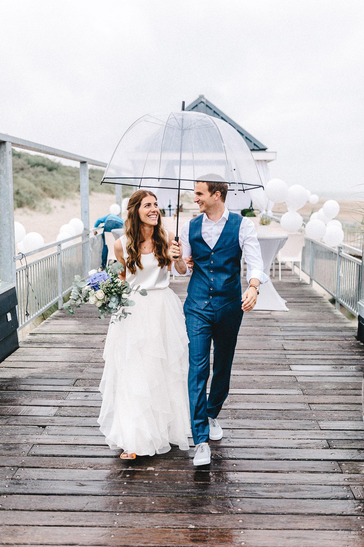 Was macht man wenn es bei der Hochzeit regnet? Lachen und weiterfeiern.