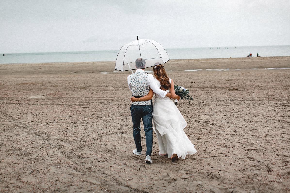 Strandhochzeit im Regen