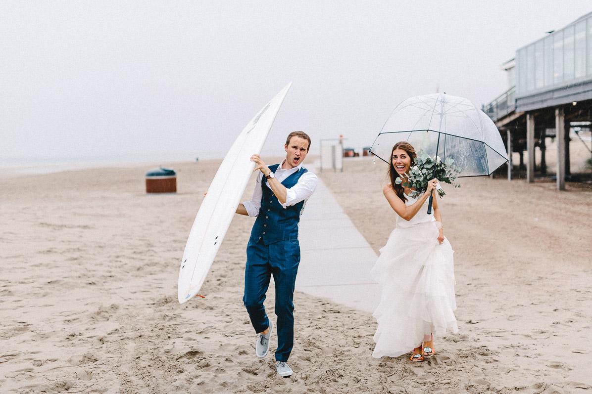 Hochzeitsfotos mit Surfboard und Regenschirm