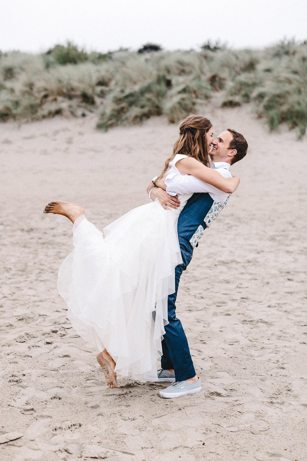 Hochzeitsfotos barfuß am Strand
