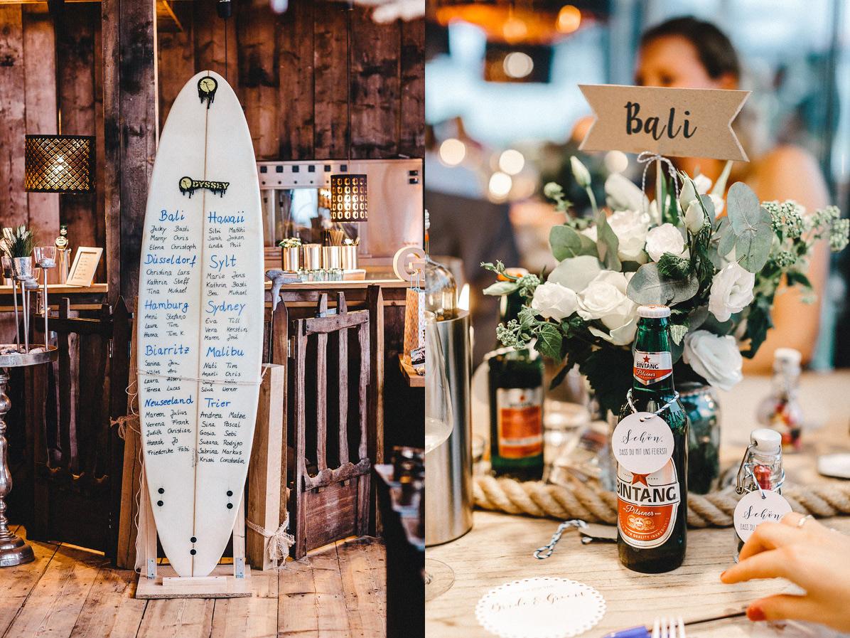 Surfbrett als Tischordnung bei einer Strandhochzeit